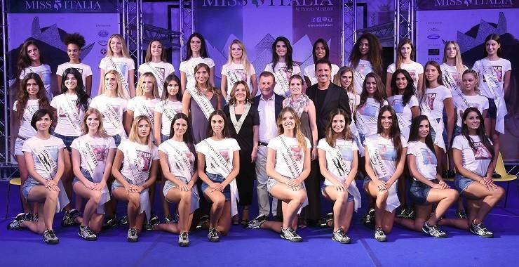 Jesolo:78° Concorso Miss Italia 2017 .Gruppo delle 30 finaliste. Nella foto :  Il gruppo delle trenta Miss finaliste con Patrizia Mirigliani,il sindaco di Jesolo Valerio Zorgia, l'assessore al turismo Flavia Pastò,Rachele Risaliti Miss Italia 2016 e Savino Zaba